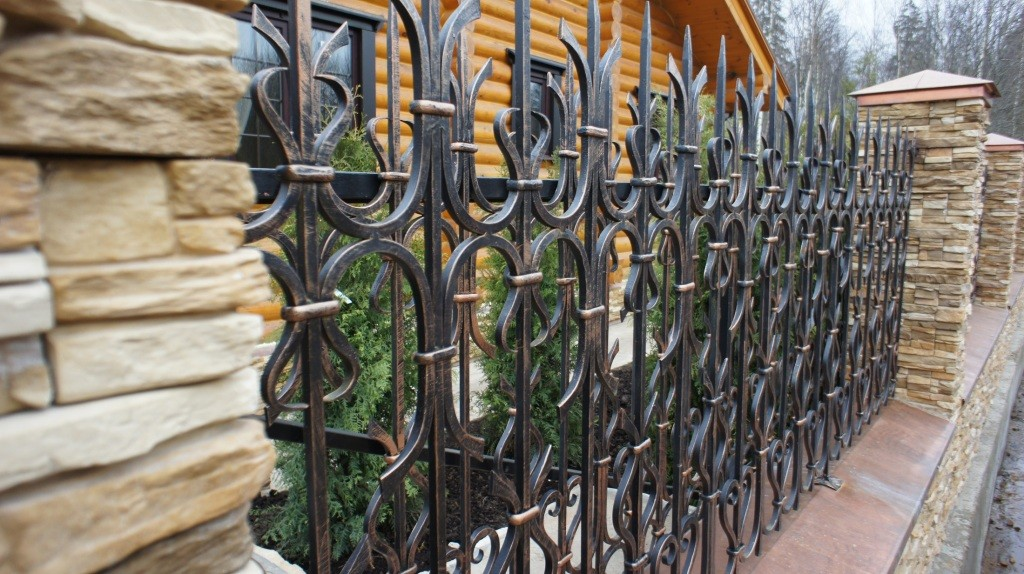 Насыщенный ковкой забор Артикул № КЗ-024