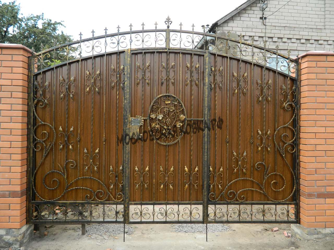 Незатейливые кованые ворота