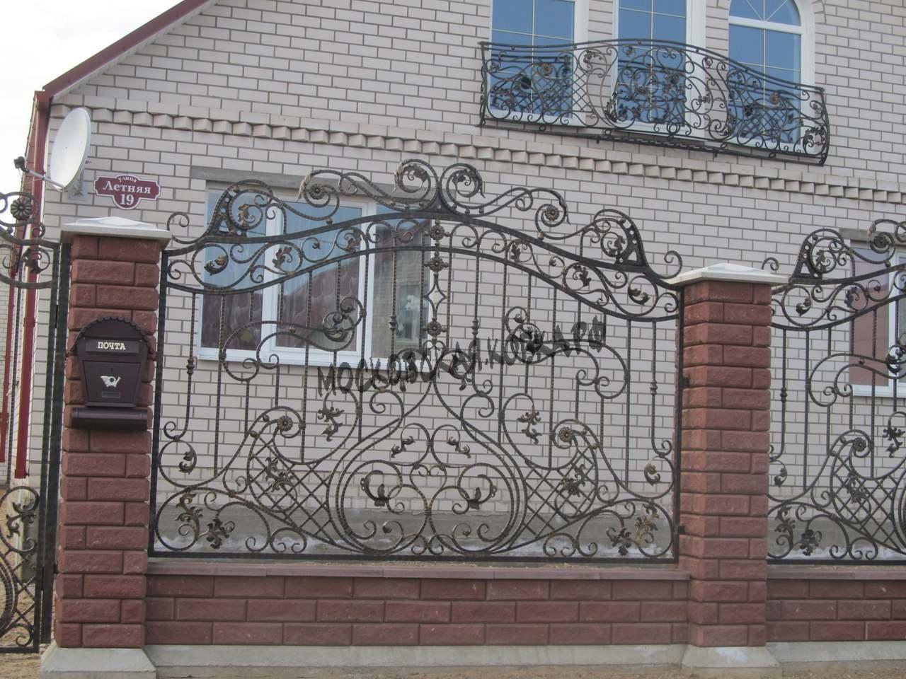 Кованый забор с кирпичными столбами № КЗ-036