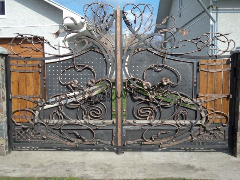 Художественные кованые ворота с деревом Артикул КВ-062