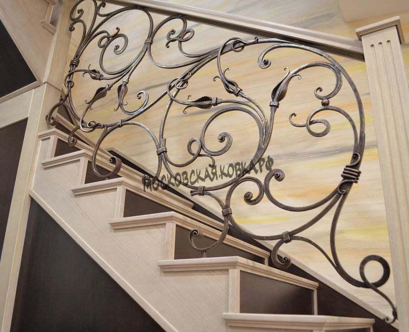 Изящные кованые ограждения лестницы