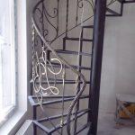 Винтовая лестница с перилами