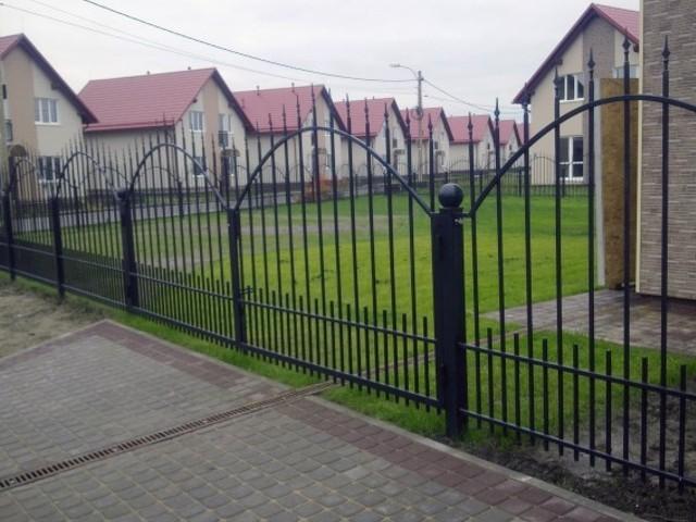 Простой металлический забор черного цвета Артикул № КЗ-028