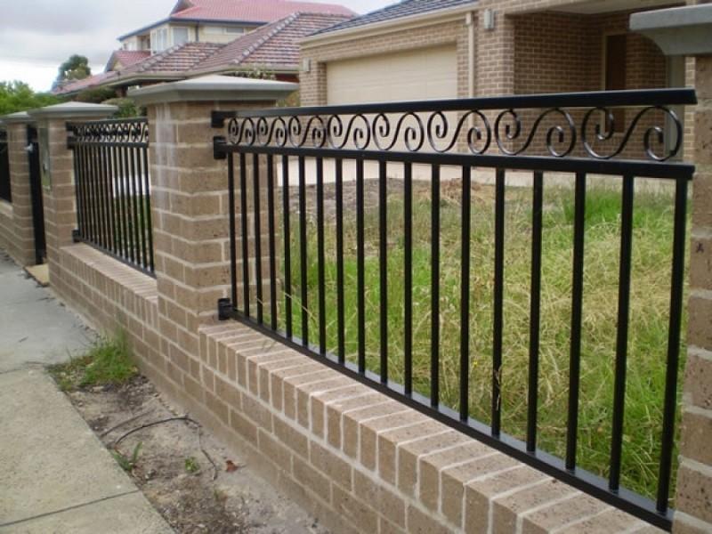 Незатейливый металлический забор с коваными вензелями Артикул № КЗ-029