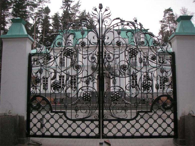 Распашные ворота с коваными гроздьями винограда Артикул КВ-019