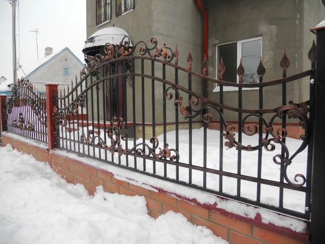 кованый забор с медной патиной