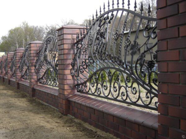Выпуклый кованый забор