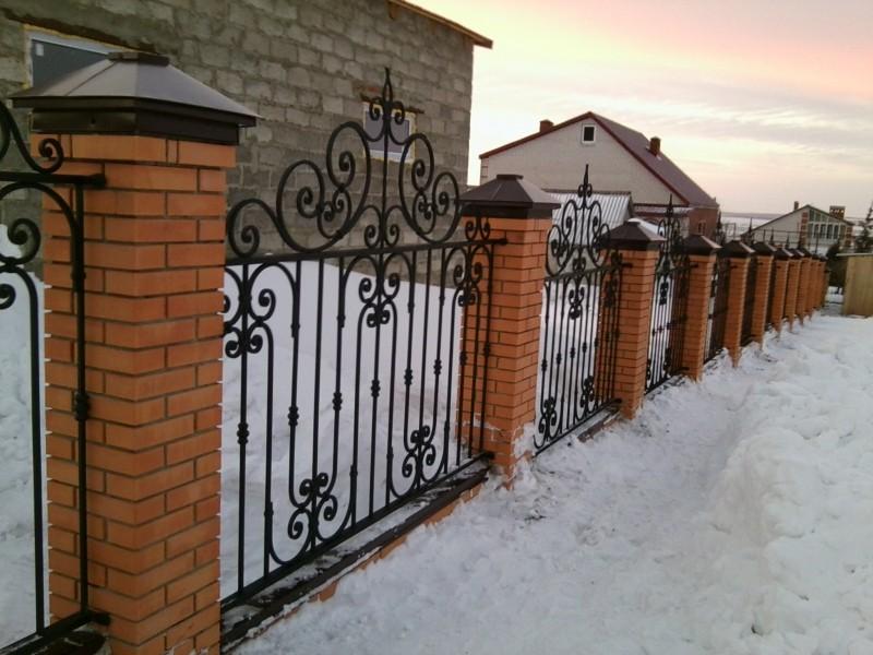 Кованый забор на кирпичных столбах  Артикул № КЗ-012