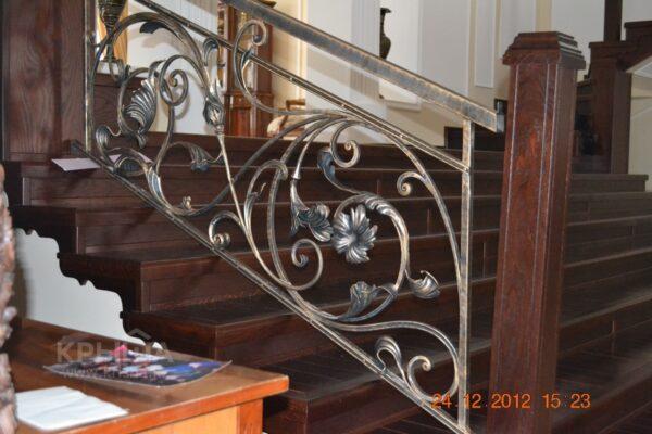 Кованые перила для лестницы на деревянных столбах АРТИКУЛ КП 004