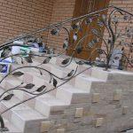 Кованые перила на крыльце с листьями