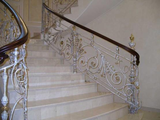 Белые кованые перила на лестнице АРТИКУЛ КП 033