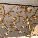 Кованые перила золотого цвета