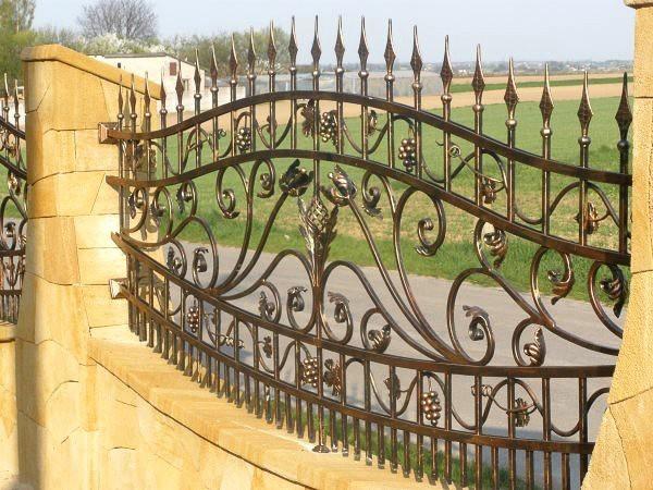 Волнистый кованый забор с виноградом