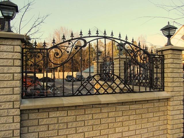 Кирпичный забор с кованой решеткой № КЗ-020