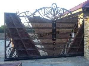 кованые откатные ворота с деревом