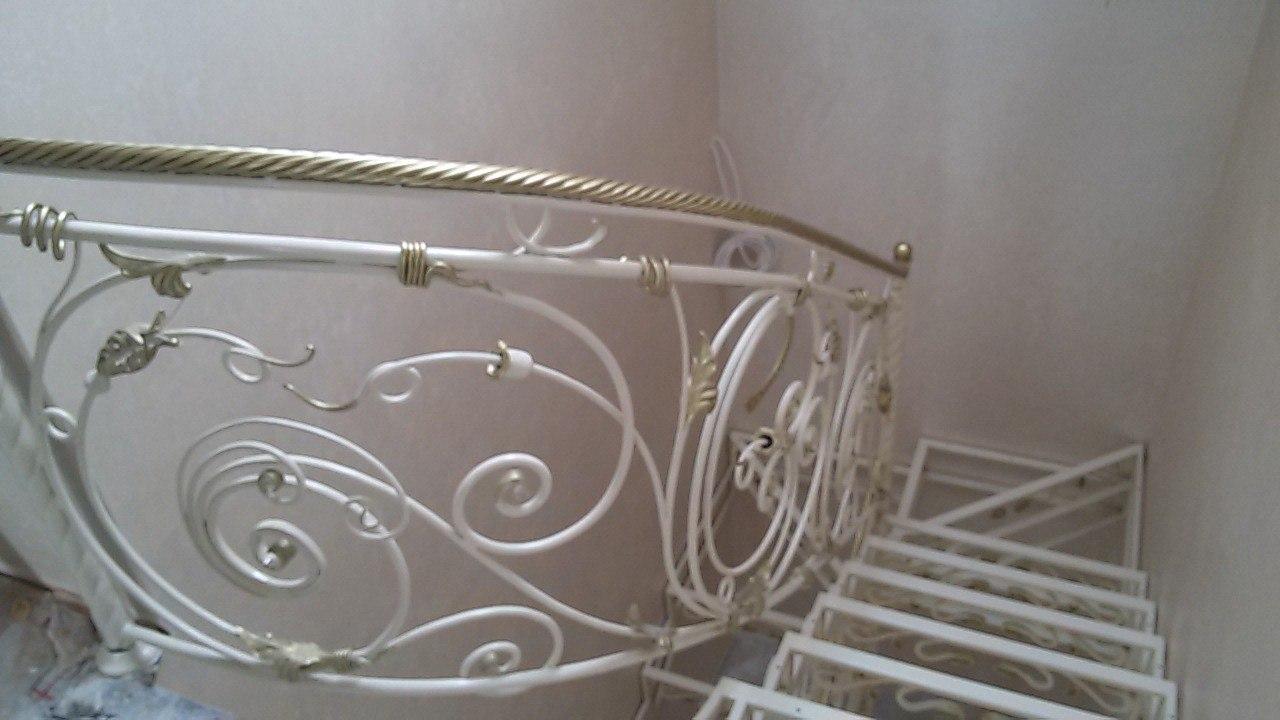 кованая лестница с ограждением