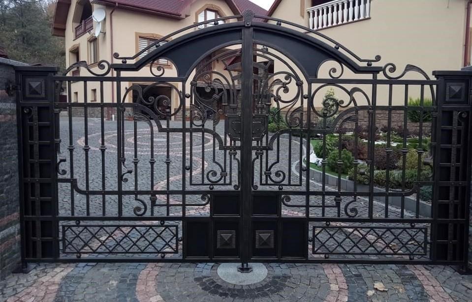 Кованые ворота в коттеджном поселке Артикул КВ-068