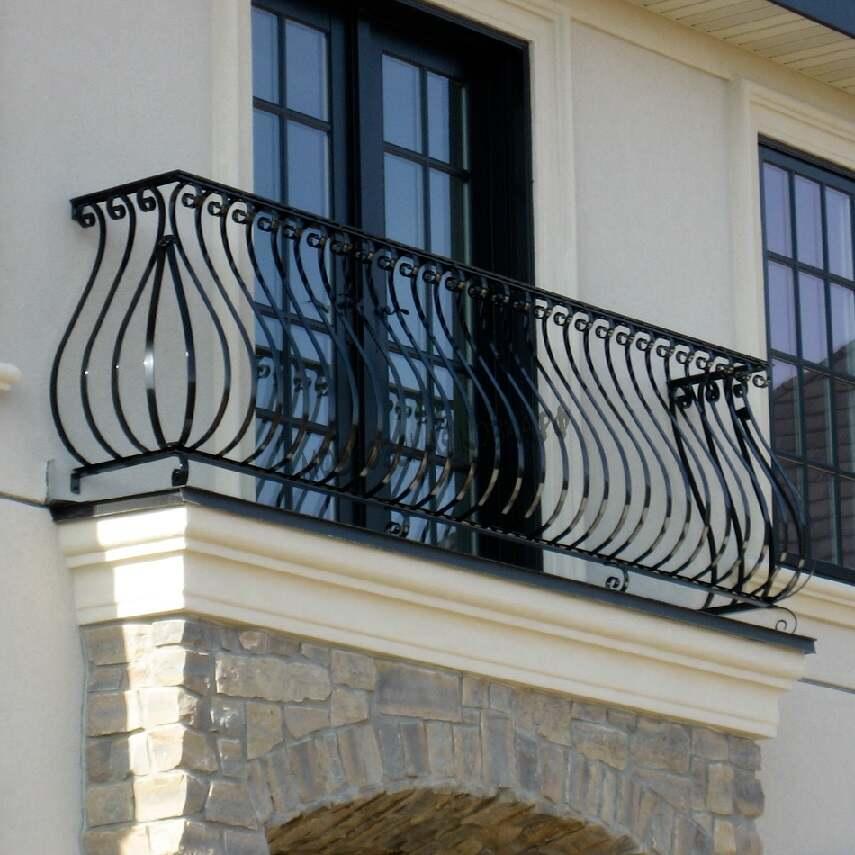 Выпуклое ограждение балкона из стальных прутьев АРТИКУЛ КБ 066