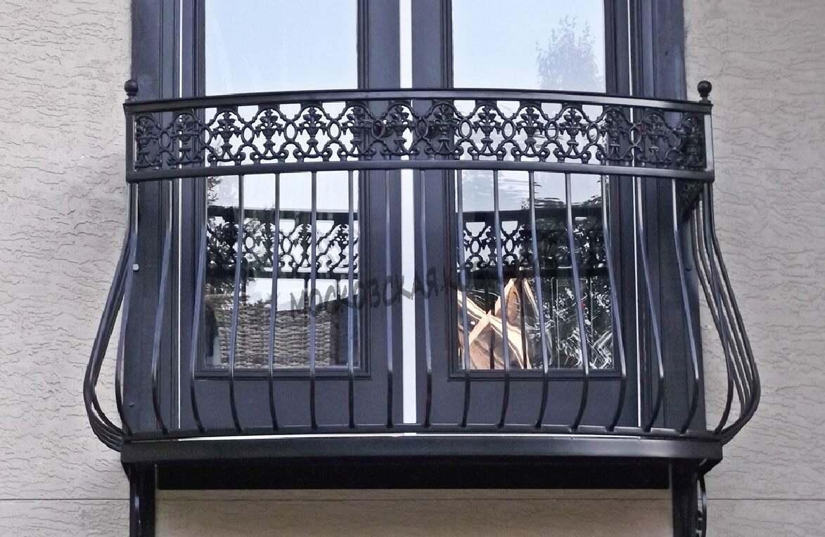 Небольшой балкончик с кованым ограждением АРТИКУЛ КБ 070