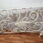 Белые кованые перила с серебряной патиной