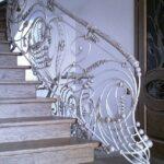 Эксклюзивные кованые перила на лестнице белого цвета