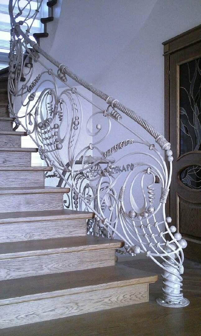 Эксклюзивные кованые перила на лестнице белого цвета АРТИКУЛ КП 082