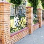 Кирпичный забор с кованой решеткой
