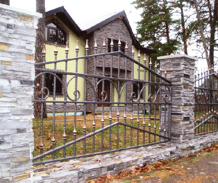Треугольный кованый забор на каменных столбах Артикул № КЗ-053