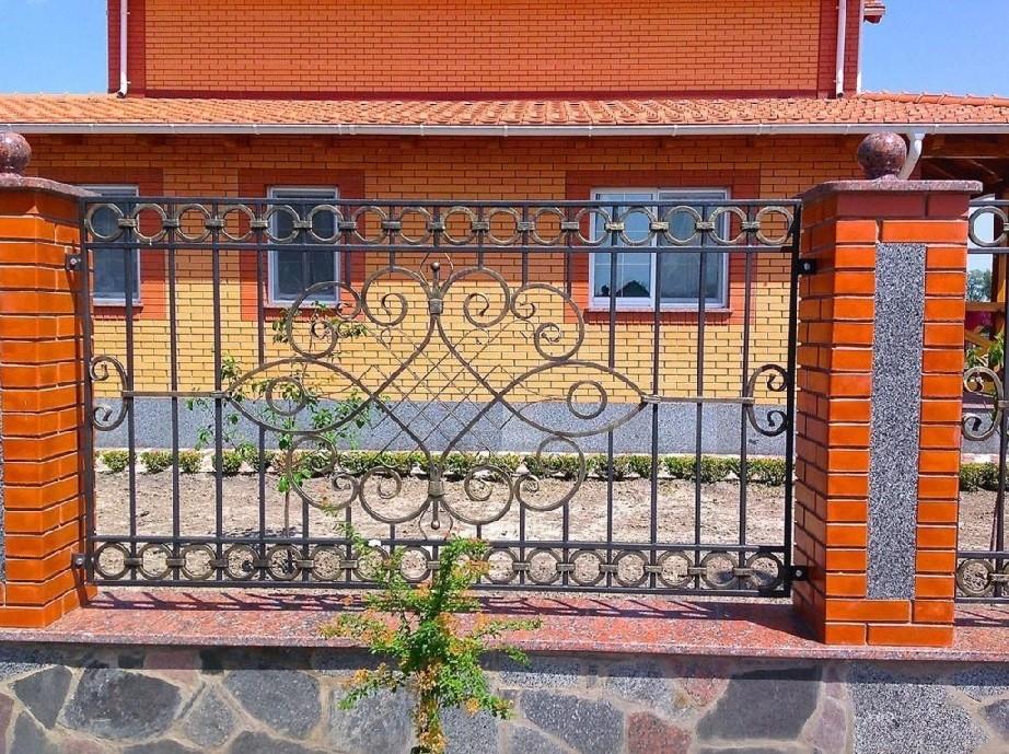 Прямоугольный кованый забор на кирпичных столбах Артикул № КЗ-057