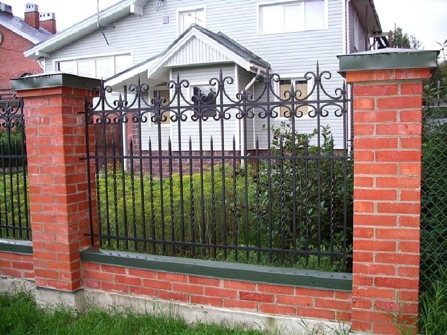 Металлический забор с пиками на кирпичных столбах Артикул № КЗ-044