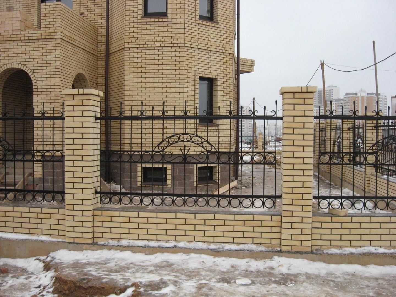 Кованый забор на кирпичных столбах Артикул № КЗ-046