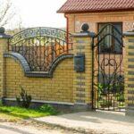 Кованые навершия на кирпичном заборе