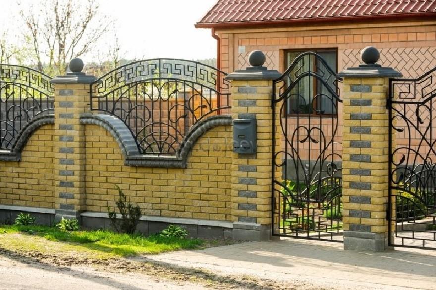 Кованые навершия на кирпичном заборе Артикул № КЗ-048