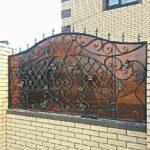 Кованый забор закрытый поликарбонатом