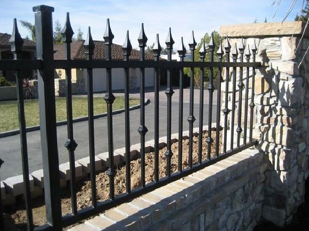 Строгий кованый забор с крупными пиками Артикул № КЗ-060