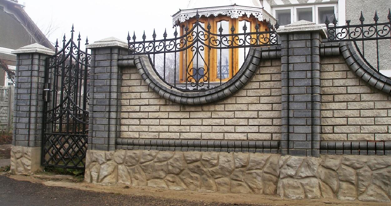 Красивый забор с кованой решеткой навершием Артикул № КЗ-078