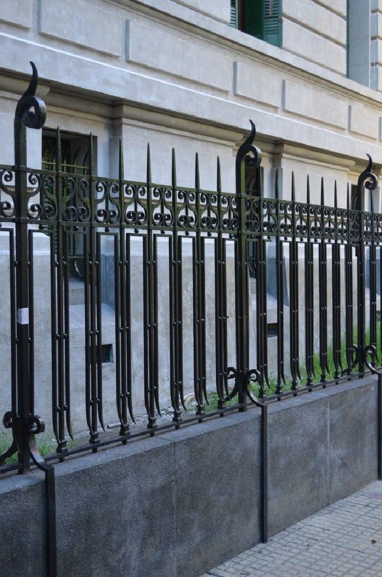 Строгий кованый забор