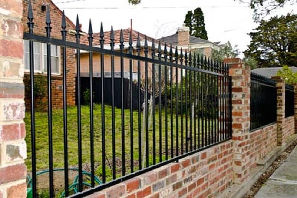 Простой кованый забор с пиками Артикул № КЗ-064
