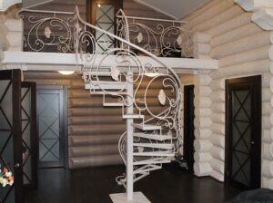 Кованая винтовая лестница белого цвета