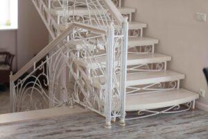 Кованая лестница белого цвета