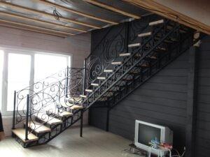 Кованая лестница с площадкой черного цвета