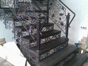 Кованая лестница с подступенками