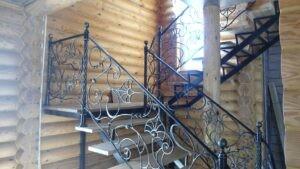 П-образная лестница с коваными перилами