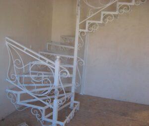 Кованая лестница с забежными ступенями