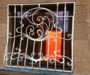 Белая кованая решетка на окно