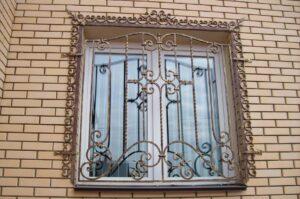Кованая решетка на окно с обрамленем углов