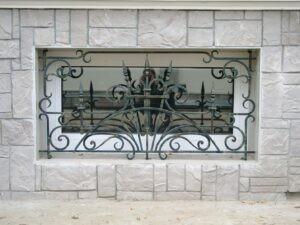 Кованая решетка на цокольное окно
