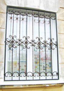Строгая кованая решетка окна