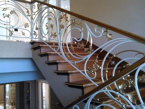 Кованые лестничные перила белого цвета с золотом АРТИКУЛ КП 177
