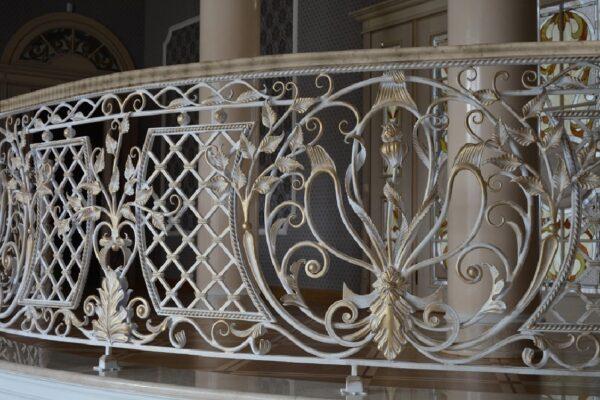 Кованые перила в классическом стиле с сеткой, колоннами и цветами АРТИКУЛ КП 222